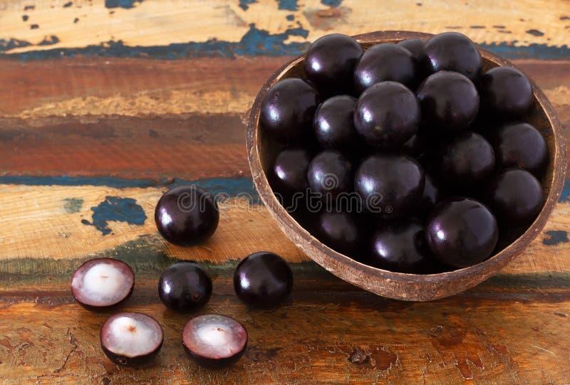 Berry Jaboticaba in kom op houten lijst stock afbeelding