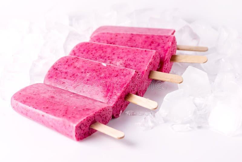 Berry Popsicle caseiro de refrescamento com gelado saboroso do fundo branco da sobremesa do verão da dieta saudável de cubo de ge imagem de stock