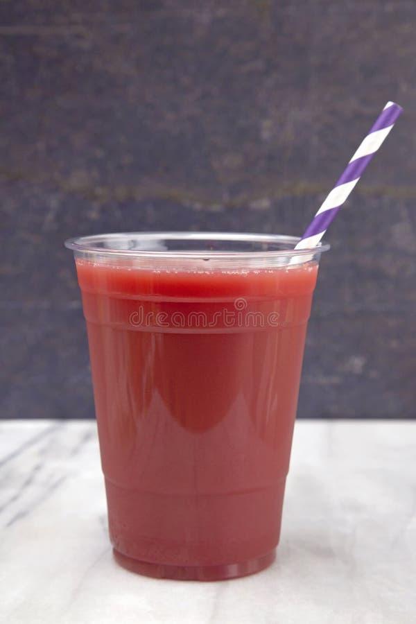 Berry Smoothie em um copo descartável plástico foto de stock