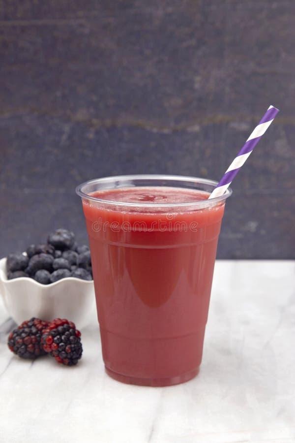 Berry Smoothie em um copo descartável plástico imagens de stock