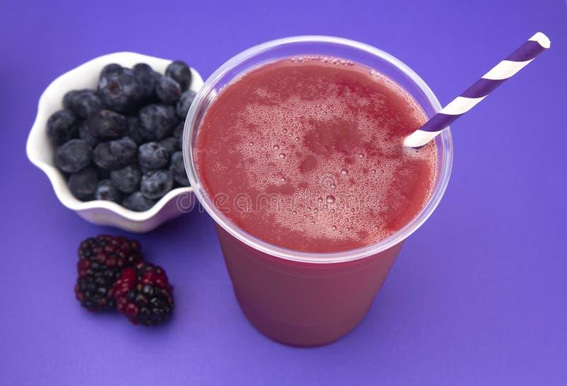 Berry Smoothie em um copo descartável plástico foto de stock royalty free