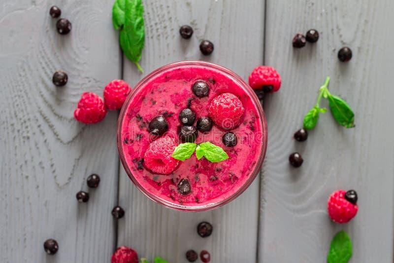 Berry Smoothie med mintkaramellen, blåbäret och hallonet, bästa sikt royaltyfria bilder