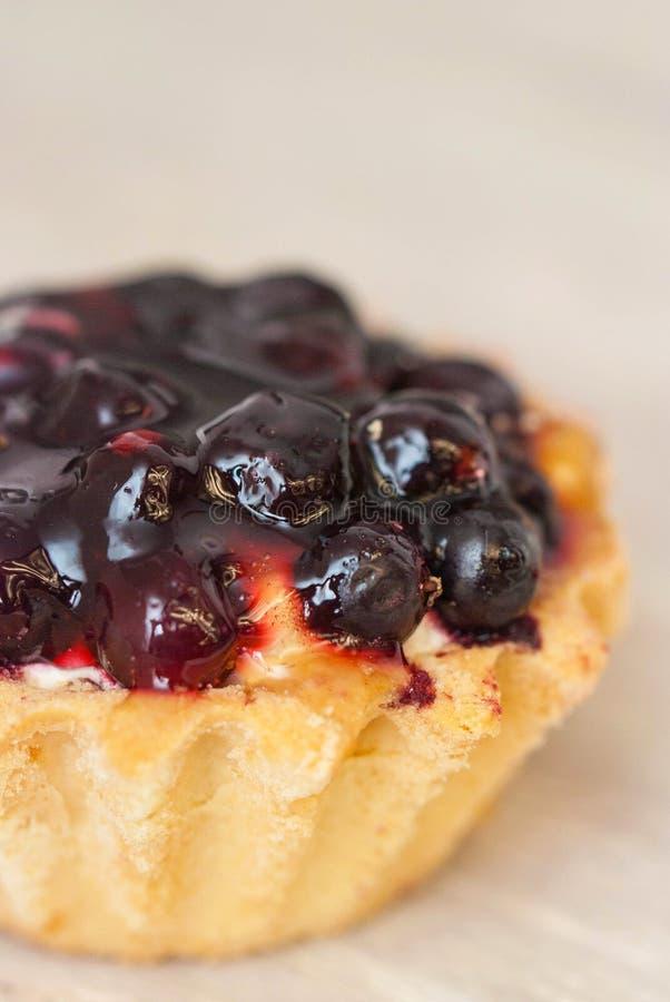 Berry Tarttlet of Mand voor Dessert Zoete Mand met Room en Bessen Hoogste mening Gray Neutral Background Verticaal beeld royalty-vrije stock afbeelding