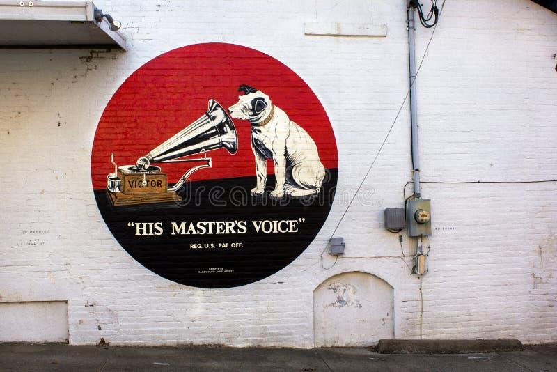 Berryville, Arkansas, Vereinigte Staaten - circa Victor Victrola im Juni 2016 malte Anzeige auf Gebäude stockfotografie