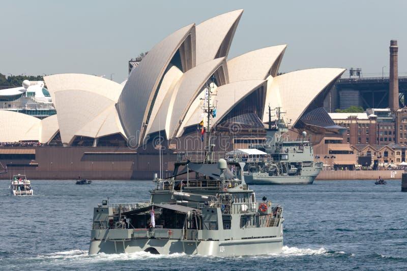 ?bersichts-Motorbarkasseschiff HMAS Benalla A 04 Paluma-klasseder k?niglichen australischen Marine auf Sydney Harbor stockfoto