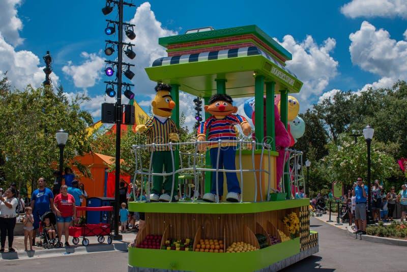 Bert e Ernie na parada do partido do Sesame Street em Seaworld fotografia de stock