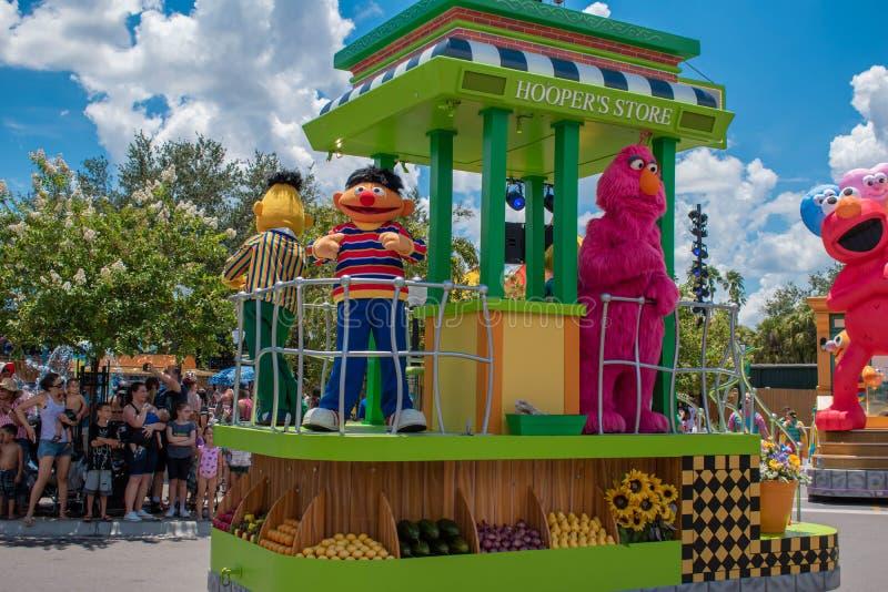 Bert-, Ernie- und Fernsehmonster in der Sesame Street-Partei-Parade bei Seaworld stockfotos