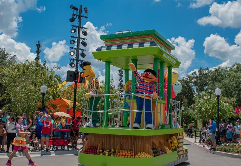 Bert-, Ernie- und Frauentänzer in der Sesame Street-Partei-Parade bei Seaworld lizenzfreies stockfoto