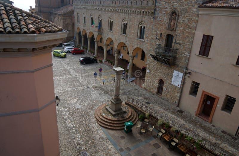 Bertinoro, Forlì-Cesena, Émilie-Romagne, Italie 20 septembre 2018 La cathédrale sur la place principale de la ville de Bertinoro image stock