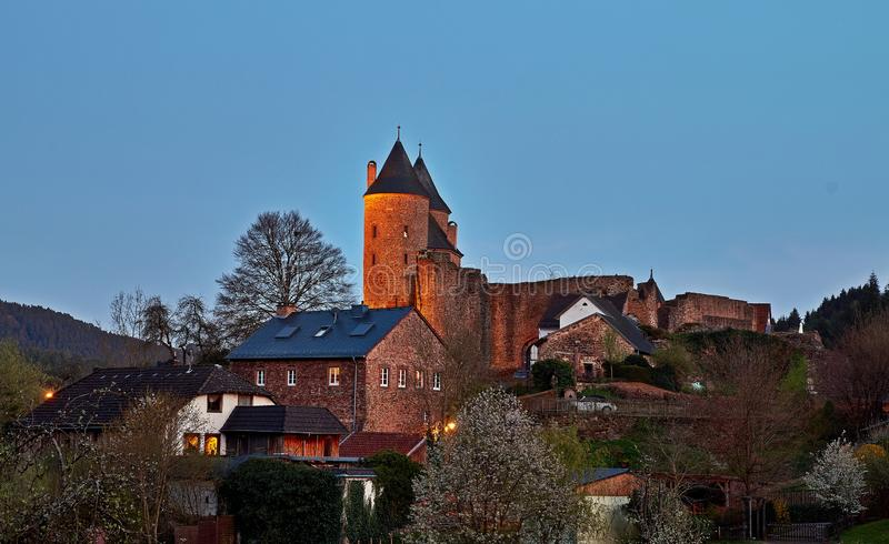 Bertradaburg jest rujnuj?cym wzg?rza kasztelem na rockowej ostrodze nad wioska Muerlenbach w okr?gu administracyjnym Vulkaneifel, obraz royalty free