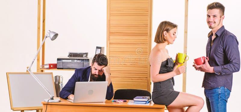 Beruf- und Ruhebilanz Junge Arbeitnehmer, die eine Ruhepause am Arbeitsplatz genießen Hübsche Frau und gut aussehender Mann im Am stockfotos