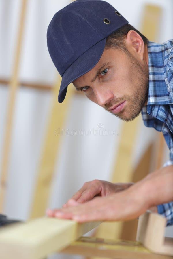 Beruflicher Zimmermann am Arbeitsplatz lizenzfreies stockbild