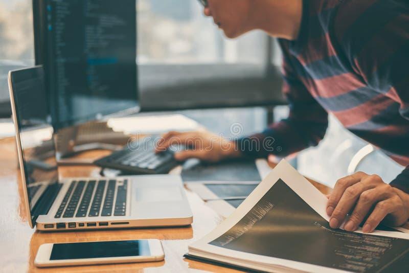 Berufs- Entwicklungsprogrammierer, der in Programmierungs-websi arbeitet stockfotos