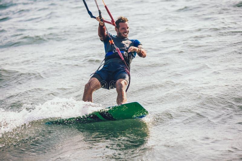 Berufs-kiter macht den schwierigen Trick auf einem schönen Hintergrund lizenzfreie stockfotografie