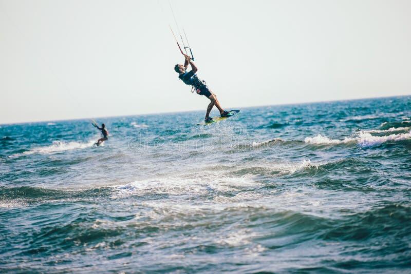 Berufs-kiter macht den schwierigen Trick auf einem schönen Hintergrund lizenzfreie stockbilder