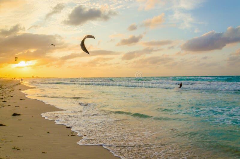 Berufs-kiter macht Trick, Sonnenuntergang lizenzfreie stockfotografie