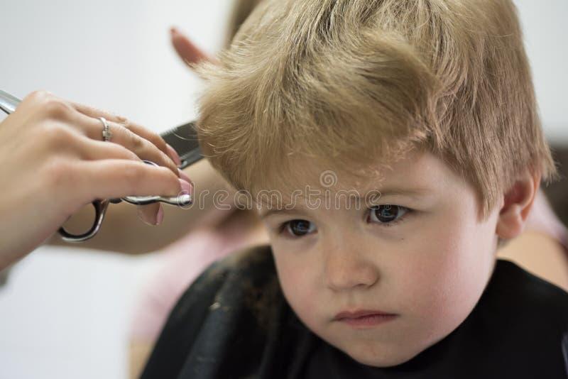 Berufsanreden Nette Jungenfrisur Kleines Kindergegebener Haarschnitt Kleines Kind im Frisörsalon Little Boy lizenzfreie stockbilder