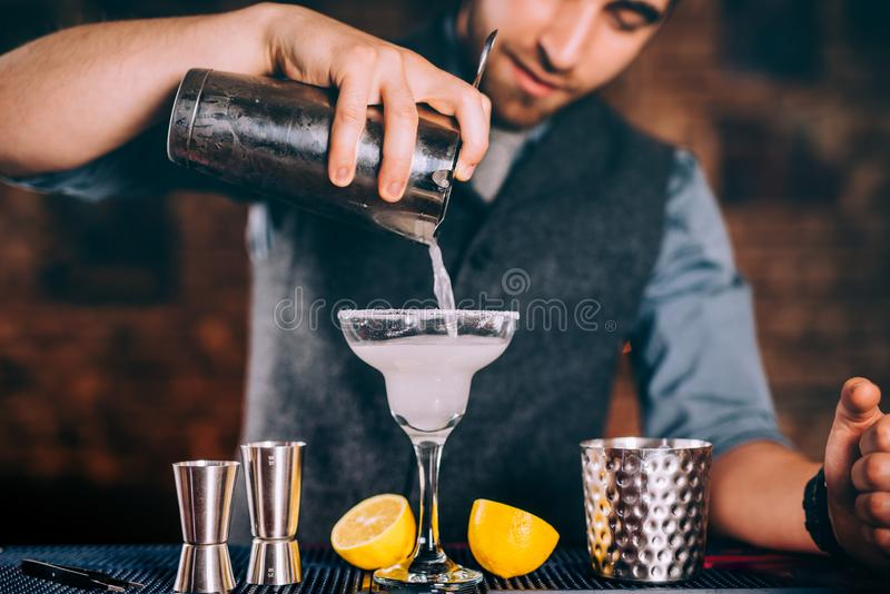 Berufsbarmixerumhüllung Margaritacocktail mit Sieb- und Cocktailwerkzeugen lizenzfreie stockfotografie