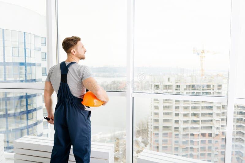 Berufsbauingenieur, der auf der Baustelle steht stockfotos