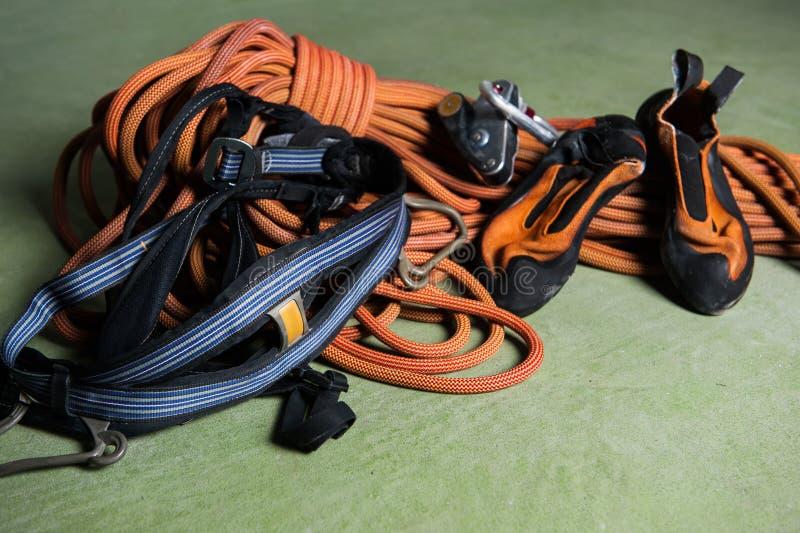 Berufsbergsteiger, der Knoten bindet stockbild