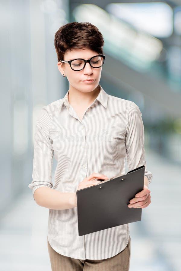 Berufsbuchhalter mit Ordner liest ein Dokument lizenzfreie stockfotos