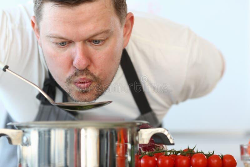 Berufschef-Blowing Soup Ladle-Fotografie lizenzfreie stockfotografie