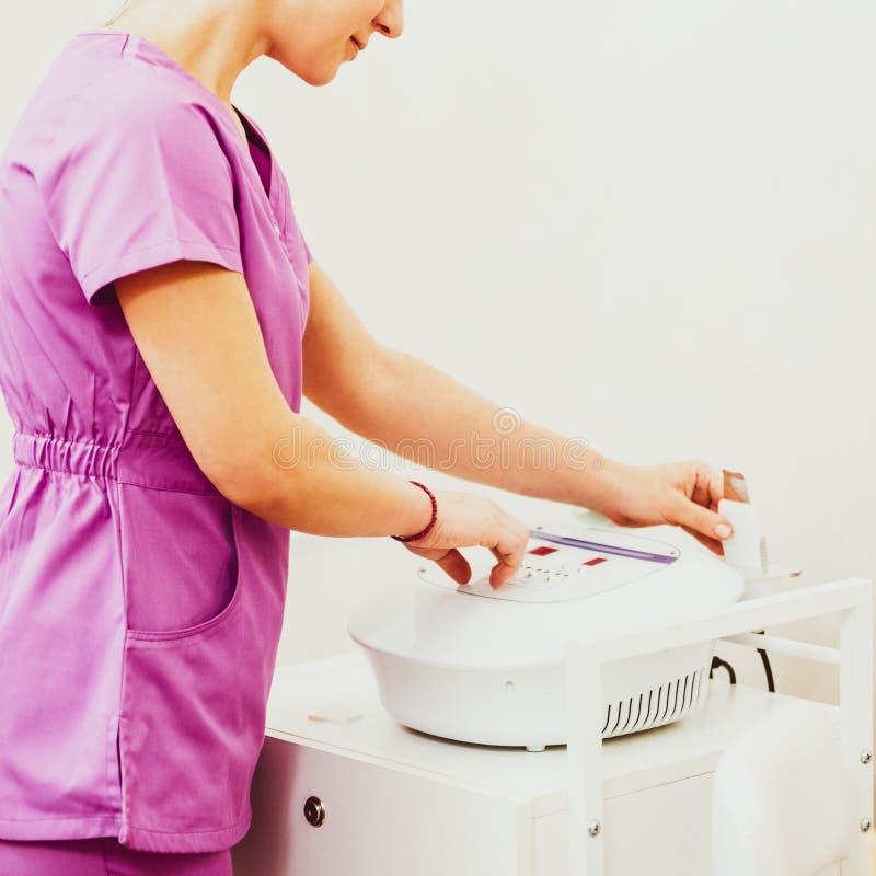 Berufscosmetologist mit Ausrüstung stockbild