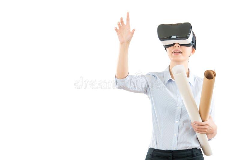 Berufsdesigner, der VR-Kopfhörer verwendet stockbild