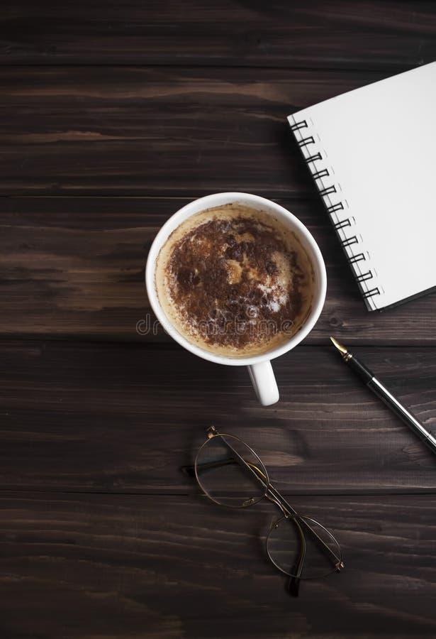 Berufsdetails mit einem Zimtkaffee beiseite lizenzfreie stockbilder