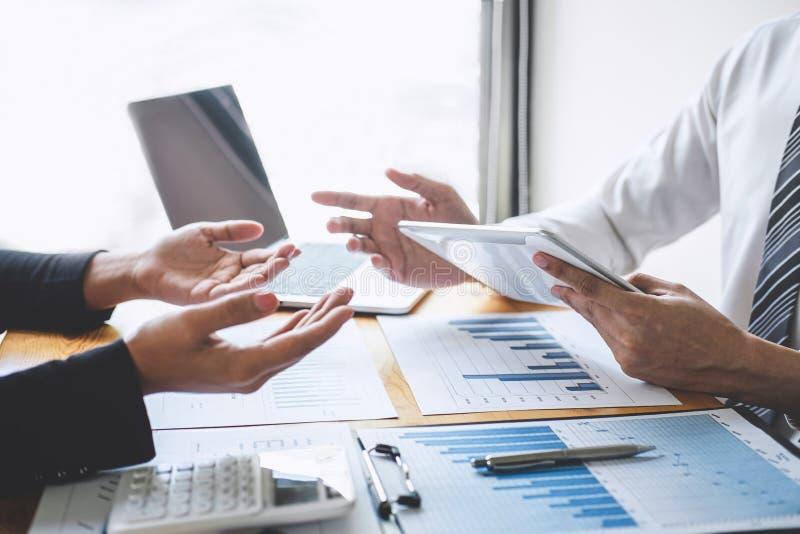 Berufsexekutivgeschäftskollegeteam, das mit neuem Projekt der Buchhaltungsfinanzierung, der Ideendarstellung arbeitet und analysi lizenzfreies stockfoto