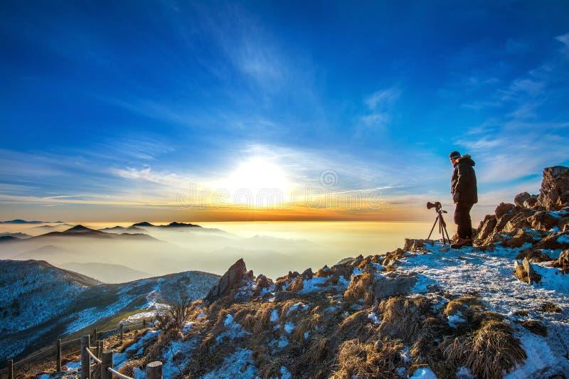 Berufsfotograf macht Fotos mit Kamera auf Stativ stockfotografie
