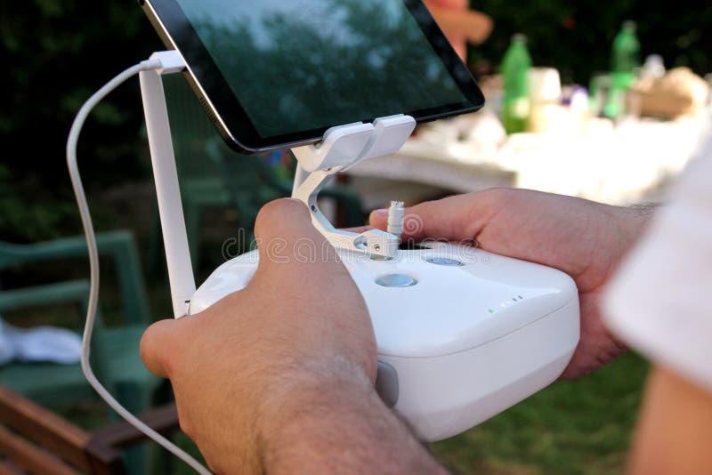 Berufsfotograf- und Drohnenpilot hält Fernbedienfeld mit Schirm und die Kontrollen, die bereit sind, Viererkabelhubschrauber in e lizenzfreie stockbilder