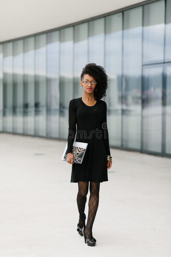 Berufsfrau der modernen Afrofrisur lizenzfreie stockfotos