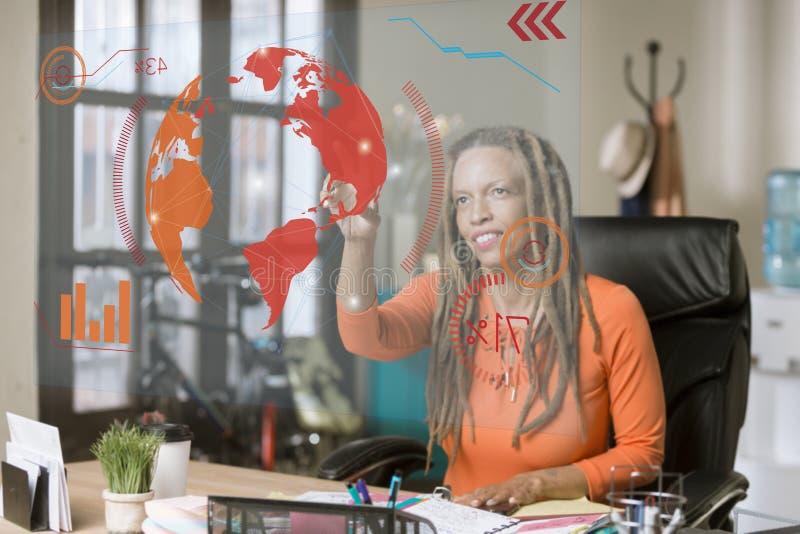 Berufsfrau, die einen futuristischen Bildschirm betreibt lizenzfreie stockfotografie
