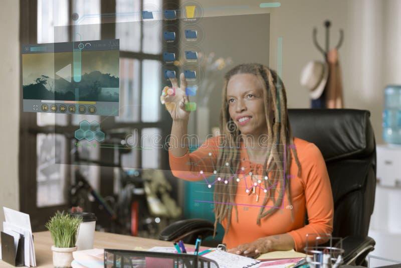 Berufsfrau, die einen futuristischen Bildschirm betreibt lizenzfreie stockbilder