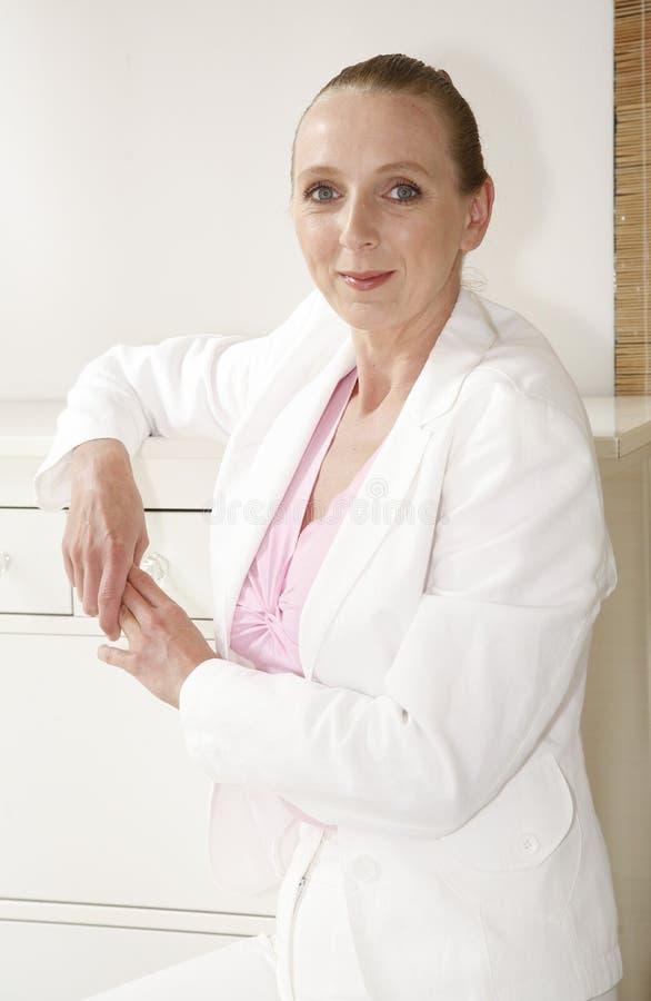 Berufsfrau im Weiß stockfoto