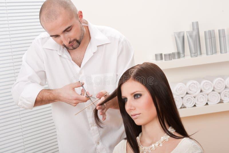 Berufsfriseur am Salon lizenzfreie stockfotos