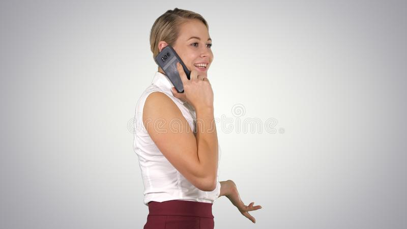 Berufsgesch?ftsfrau, die mit dem Handy spricht auf Steigungshintergrund l?chelt stockfoto