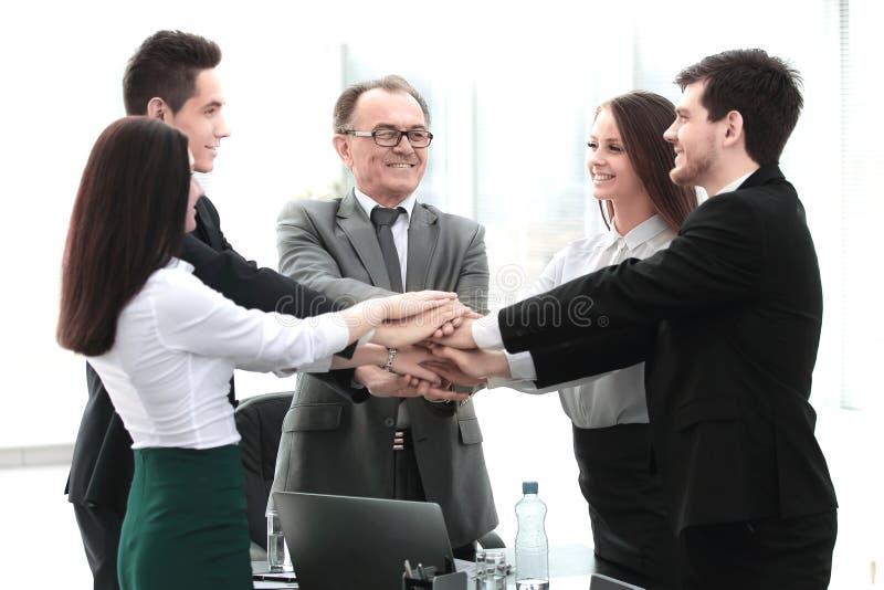 Berufsgeschäftsteam zeigt seine Einheit Das Konzept der Teamwork lizenzfreie stockbilder