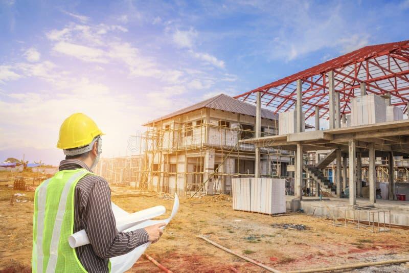 Berufsingenieurarchitektenarbeitskraft mit Schutzhelm lizenzfreie stockbilder