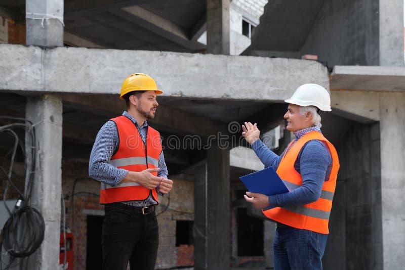 Berufsingenieure in der Schutzausrüstung stockfoto