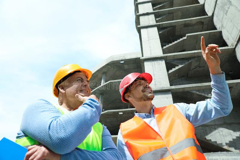 Berufsingenieure in der Schutzausrüstung stockbild