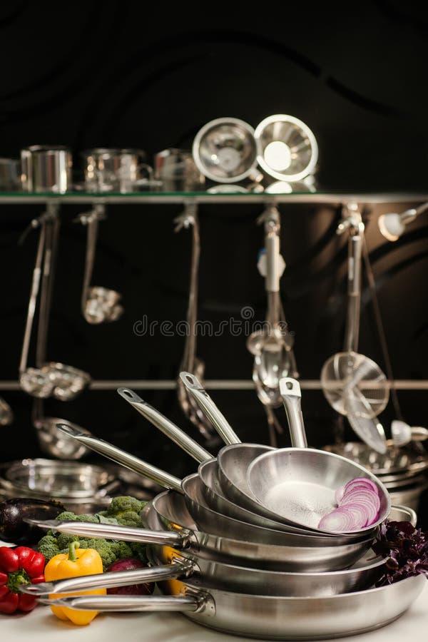 Berufsküchengeräte, die Lebensmittel kochen lizenzfreie stockfotografie