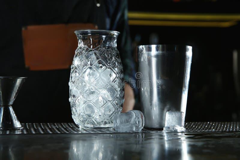 Berufskellnerausrüstung für die Herstellung von Cocktails auf Zähler lizenzfreies stockbild