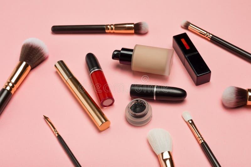 Berufskosmetische Produkte mit kosmetischen Schönheitsprodukten, errötet, Lidstrich, Augenpeitschen, Bürsten und Werkzeuge auf ro stockbilder