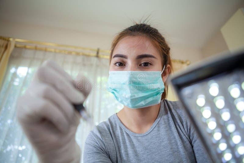 Berufsmake-up, das auf Augenbraue zutrifft lizenzfreie stockbilder