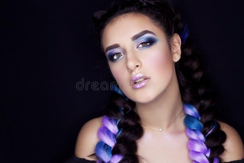 Berufsmake-up für Brunette mit dem farbigen Haar lizenzfreies stockfoto