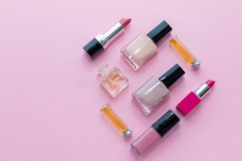 Berufsmake-up lokalisiert auf rosa Hintergrund Flache Zusammensetzung Zeitschriften, Social Media Beschneidungspfad eingeschlosse stockfoto