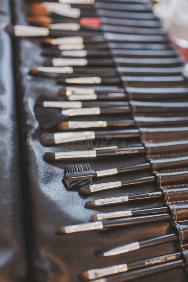 Berufsmake-upabdeckstift-Pulver erröten Lidschatten-Brauen-Bürsten mit schwarzen Griffen stockfotos