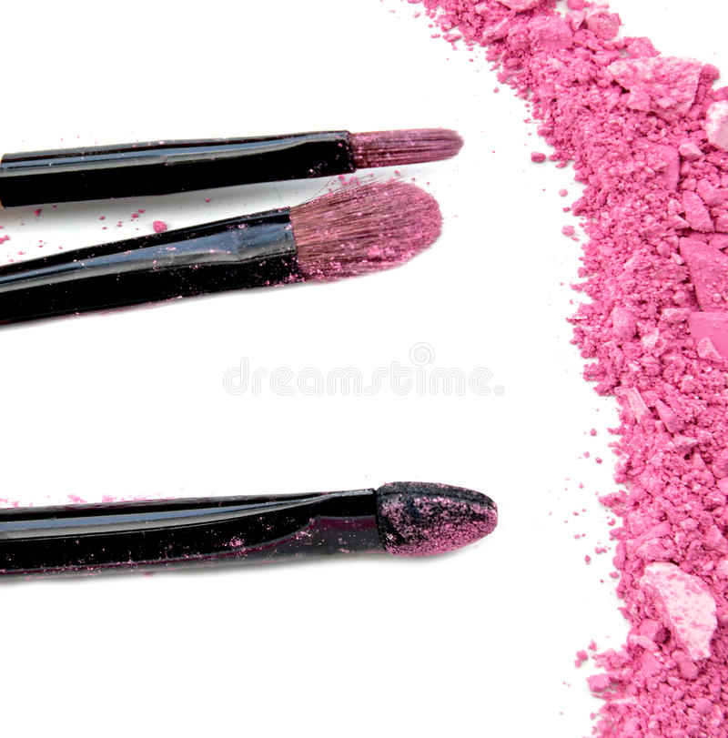 Berufsmake-upbürste auf Rosa zerquetschtem Lidschatten stockfotos